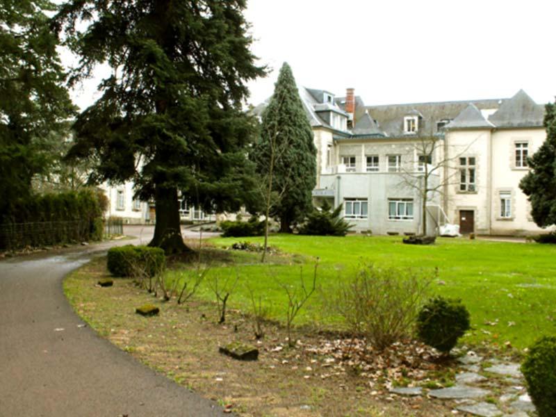 Vue extérieure et du parc de l'Ehpad Le Parc des Loges, établissement pour personnes âgées géré par l'association Odélia