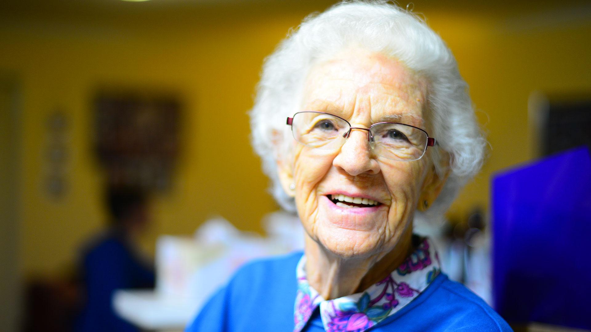 Photo d'une personne âgée en illustration de la page d'accueil de l'association Odelia, gestionnaire d'établissements pour personnes âgées
